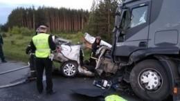 Легковушка залетела под грузовик: три человека погибли вСвердловской области