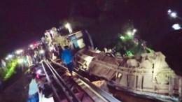 Поезд сошел срельсов вБангладеш, пять человек погибли— кадры сместа