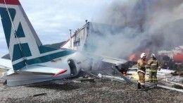 Пассажиры самолета Ан-24, совершившего жесткую посадку, сняли навидео момент приземления самолета