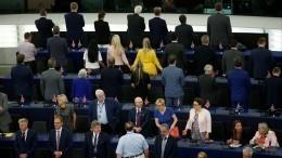Видео: Депутаты-сторонники Brexit устроили демарш назаседании Европарламента