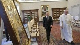 Владимир Путин подарил Папе Римскому икону идиск сфильмом Кончаловского