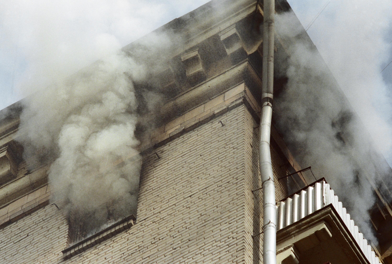 ВЮжно-Сахалинске загорелся четырехэтажный жилой дом