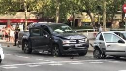 Вцентре Барселоны автомобиль пролетел 300 метров, снося все насвоем пути