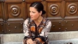 «Хулиганка!»: Анна Нетребко вмини-юбке ишикарных босоножках спела настоле