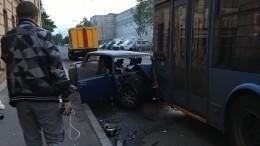 Момент смертельного ДТП строллейбусом вПетербурге попал навидео