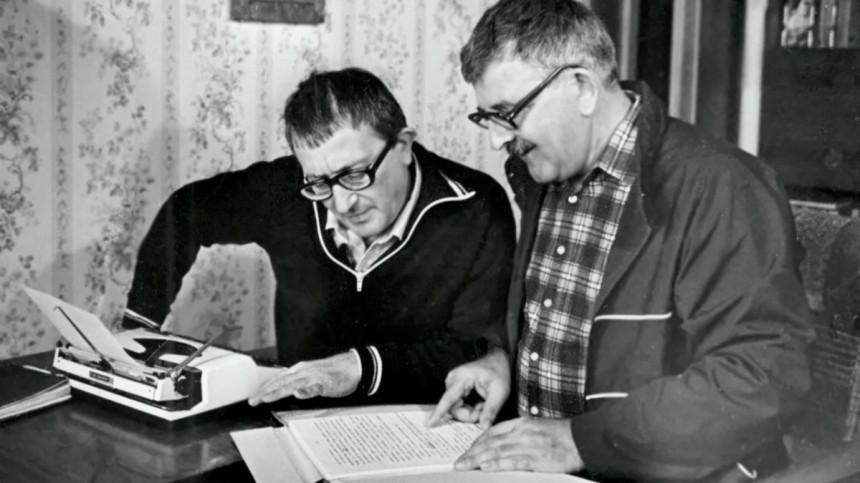 Google посвятил дудл повести братьев Стругацких «Страна багровых туч». Очем книга?