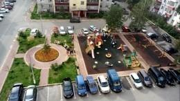 Молодая женщина зарезана средь бела дня надетской площадке вМоскве— видео