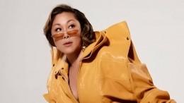 Анита Цой появилась накрасной дорожке «Жары» винвалидной коляске— видео