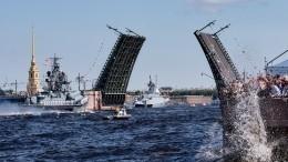 Выстрел пушек сПетропавловской крепости ознаменовал начало парада вчесть Дня ВМФ