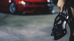 Танцовщица, помявшая крыши нескольких машин вКазани, сдалась полиции— видео