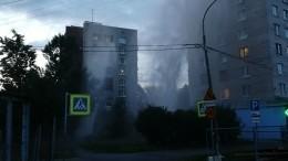 Второй засутки мощный фонтан забил наВасильевском острове вПетербурге