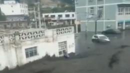 «Черная река» затопила улицы города вКитае