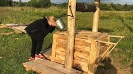 Ирина Пегова утолила жажду водой изколодца вТупике— фото