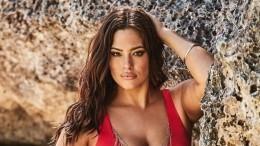«Горячо!»: Plus-size модель Эшли Грэм показала шикарную грудь