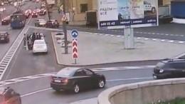 Камера наблюдения сняла драку споножовщиной надороге вПетербурге