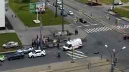Момент наезда напешеходов натротуаре врезультате ДТП вПетербурге попал навидео