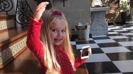«Куколка!» Пугачева показала фото дочки вкрасном дизайнерском купальнике