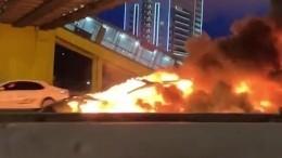 Момент «огненного» ДТП сТеslа вМоскве попал навидео