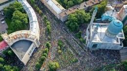 Видео: Тысячи верующих Петербурга отмечают Курбан-байрам