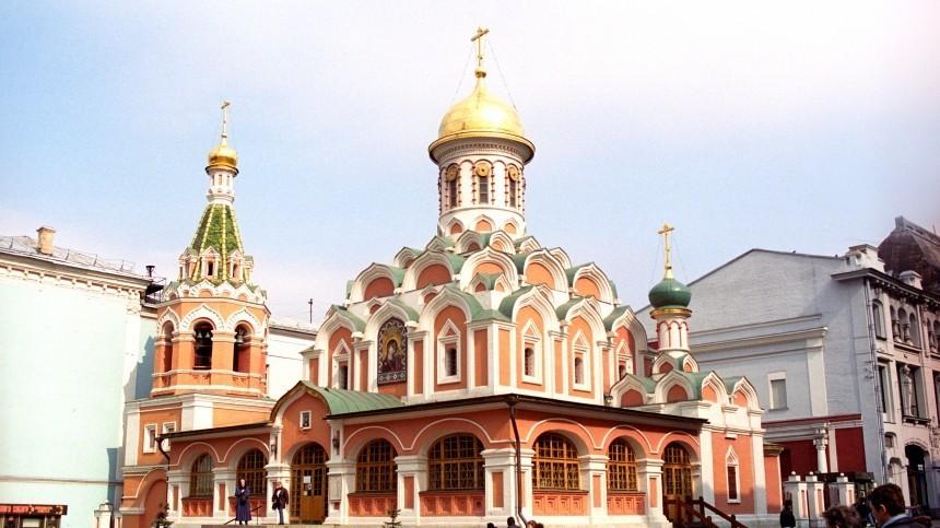 Неадекватный мужчина сножом напал наалтарника вКазанском соборе вМоскве
