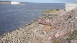 Пьяные петербуржцы врезались накатере вкаменный мол наФинском заливе— фото