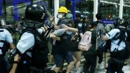 Полиция Гонконга штурмует аэропорт, который заблокировали протестующие