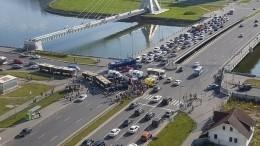 Момент столкновения автомобилей савтобусом наюго западе Петербурга попал навидео
