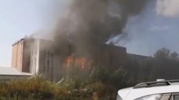 Люди, оказавшиеся в«огненной» ловушке нагорящем складе, просят опомощи