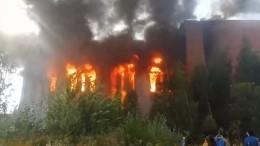 Изполыхающего склада вПетербурге спасли четверых человек
