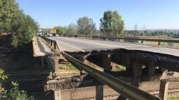 Видео: ВХарькове после обвала моста водители продолжали ехать вблизи зияющей дыры