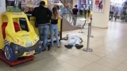 Видео: Мужчина разбился насмерть, упав сэскалатора впетербургском ТЦ