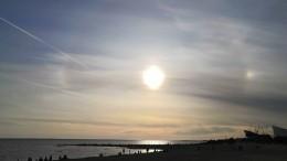 Видео: солнечное гало над Петропавловской крепостью заметили вПетербурге