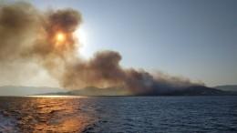 Отдыхающие туристы вГреции возвращаются вотели после лесного пожара