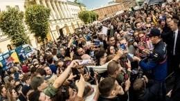 Видео: Даниил Квят раздал автографы болельщикам «Формулы-1» вПетербурге