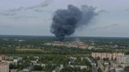 Видео: ВПскове бушует мощный пожар наскладе сбитумом