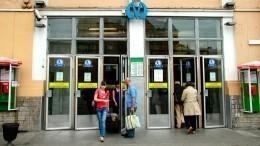 Представившийся врачом мужчина попытался стянуть штаны спассажирки метро вПетербурге
