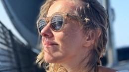«Одноклассники»: Собчак предстала вкомпании стриптизеров впротивогазах— фото