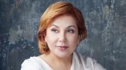 Федункив встретила 48-летие вшикарном платье испистолетом вруке— фото
