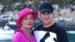 «Красивых подруг надо бить»: Жена Мартиросяна вшутку схлестнулась сприятельницей