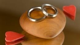 Американцы подняли насмех подарившего «жалкое» помолвочное кольцо жениха
