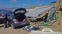 Видео: Автомобиль упал собрыва прямо наотдыхающих напляже вКрыму