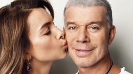 «Неугомонный!» 68-летний Газманов станцевал для жены водном полотенце— видео