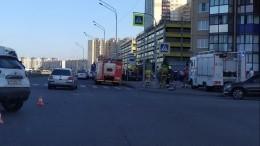 Женщина сколяской была сбита наостановке вПетербурге вылетевшим натротуар авто