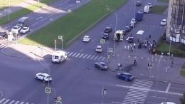 Lada переехала коляску натротуаре: Момент ДТП вПетербурге попал навидео