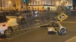 Видео: водитель иномарки снес светофор ивылетел навстречку уДворцового моста