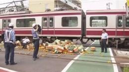 Пассажирский поезд сошел срельсов вЯпонии после столкновения сгрузовиком