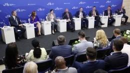 Владимир Путин обсудил развитие Дальнего Востока наВЭФ