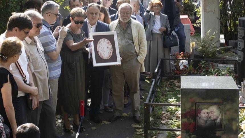 Памятник Владимиру Этушу открыли наНоводевичьем кладбище вМоскве— видео