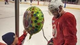 «Будем рядом»: Жена Овечкина ссыном трогательно поздравили хоккеиста с34-летием