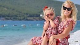 «Королева спринцессой»: Двухлетняя дочь Пелагеи поддержала маму наконцерте вСочи